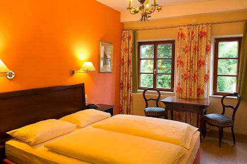 A bed or beds in a room at Hotel Reichs-Küchenmeister