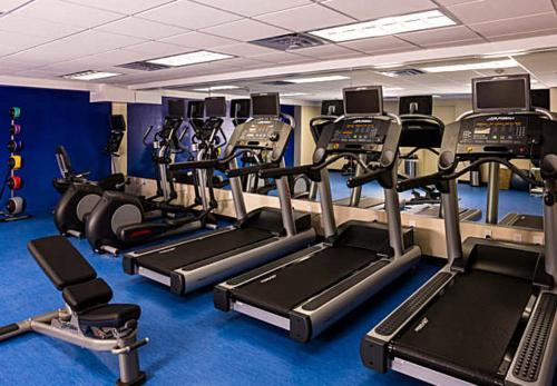 The fitness centre and/or fitness facilities at SpringHill Suites by Marriott New York LaGuardia Airport