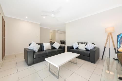A seating area at 3 bedroom central home