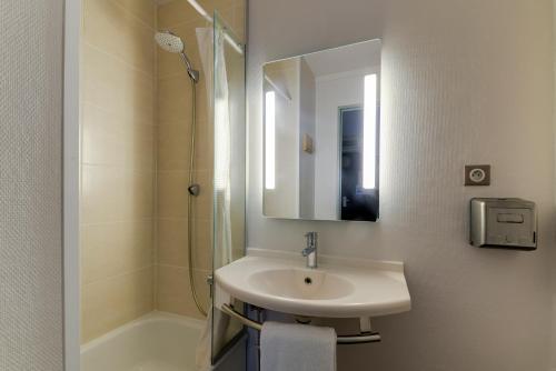 A bathroom at B&B Hôtel NANTES Parc Expos La Beaujoire
