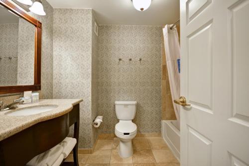 A bathroom at Hampton Inn & Suites Savannah Historic District