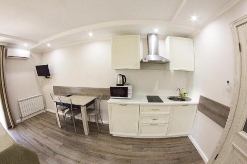Кухня или мини-кухня в Апартаменты на Виноградной