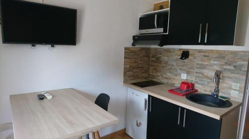 A kitchen or kitchenette at Appartement Tout Confort