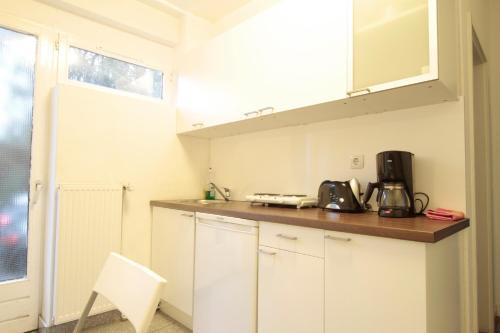 A kitchen or kitchenette at bedpark Altona Pension