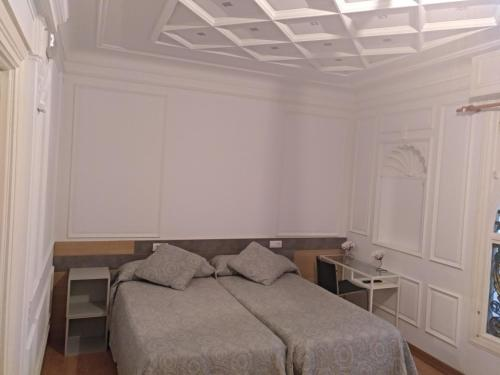 A bed or beds in a room at Hostal Rioja Condestable