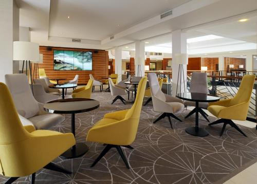 The lounge or bar area at Cologne Marriott Hotel