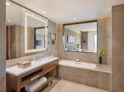 A bathroom at Grand Hyatt Kochi Bolgatty