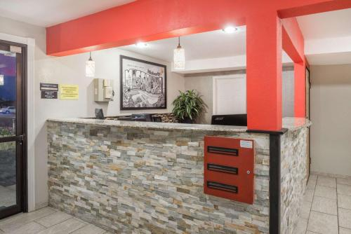 The lobby or reception area at Super 8 by Wyndham Moberly MO