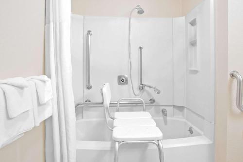 A bathroom at Super 8 by Wyndham Havre