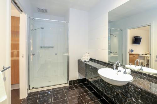 A bathroom at Belmercer Motel