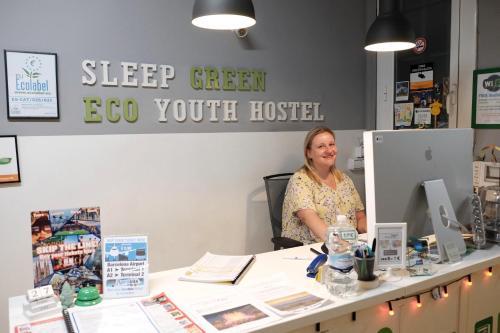 De lobby of receptie bij Sleep Green - Certified Eco Youth Hostel