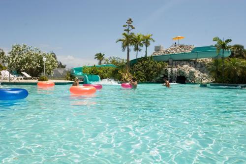 Бассейн в Flamingo Bay Hotel & Marina или поблизости