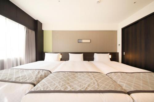 大阪東里士滿酒店房間的床