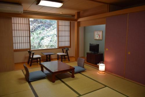 A seating area at Hotel Daisen Shirogane