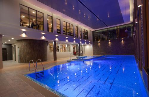 Der Swimmingpool an oder in der Nähe von Atlas Hotel