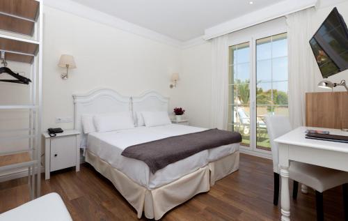 Кровать или кровати в номере MR El Hotelet de la Raconà