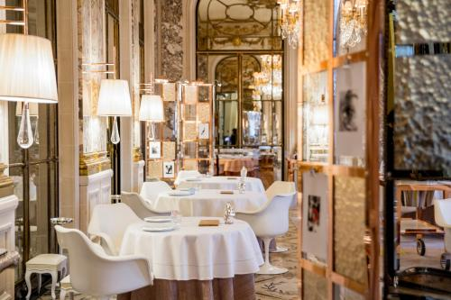 A restaurant or other place to eat at Le Meurice – Dorchester Collection