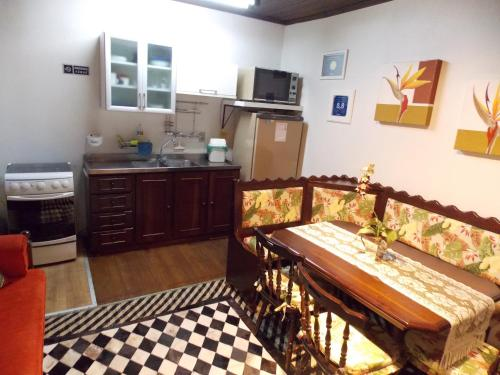 A kitchen or kitchenette at Casa para 4 pessoas - Canela - Caracol