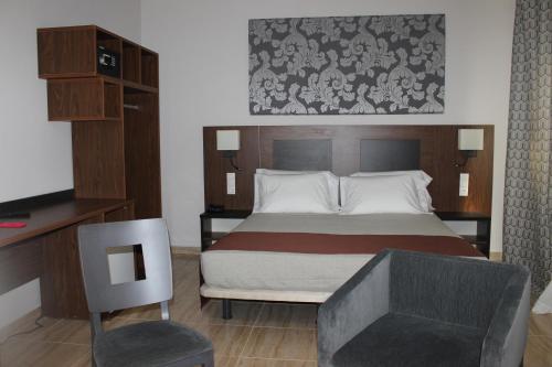 سرير أو أسرّة في غرفة في City Hotel Alger