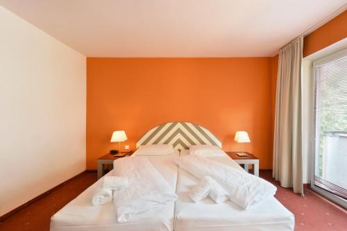 A bed or beds in a room at Hotel Neutor Express