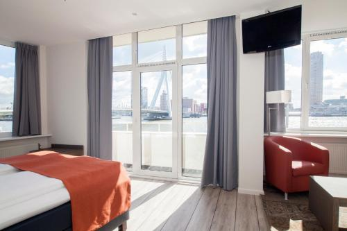 A television and/or entertainment center at Thon Hotel Rotterdam City Centre