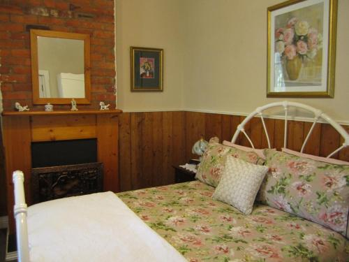 A bed or beds in a room at Arendon Cottage