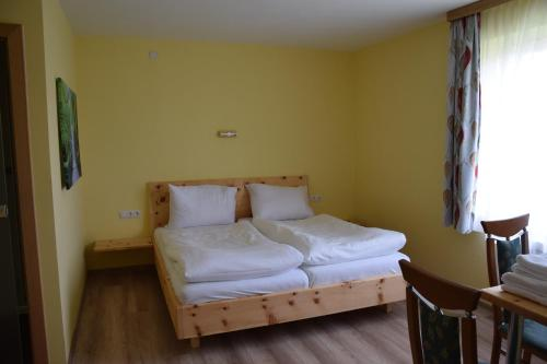 Ein Bett oder Betten in einem Zimmer der Unterkunft Der Schildbacherhof