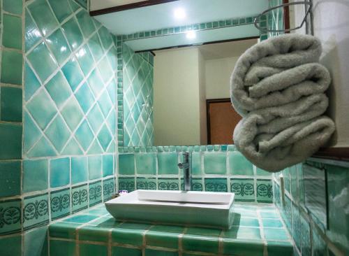 A bathroom at Hotel Colonial Granada
