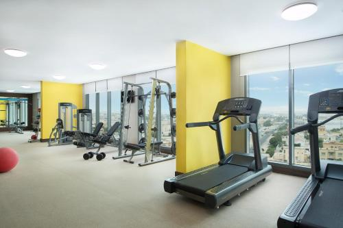 Фитнес-центр и/или тренажеры в Hampton By Hilton Dubai Airport