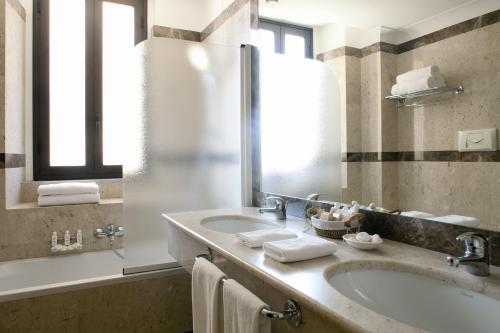 A bathroom at Katane Palace Hotel