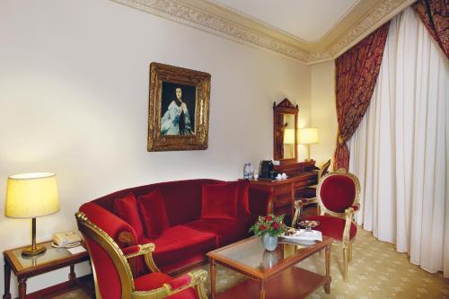 A seating area at Golden Tulip Serenada - Boutique Hotel