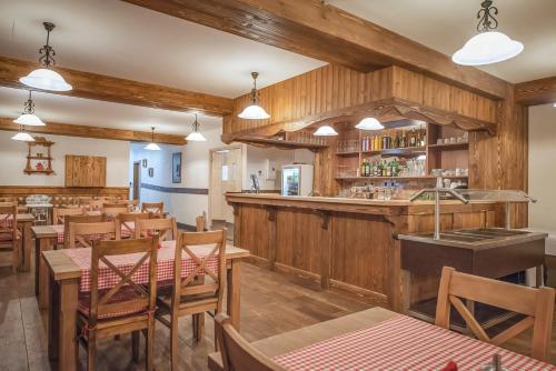 Reštaurácia alebo iné gastronomické zariadenie v ubytovaní Tatragolf Mountain Resort