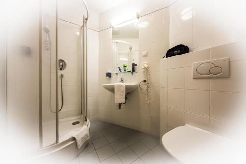A bathroom at Club Hotel Cortina