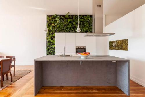 A kitchen or kitchenette at Sunny wide view apartment Porto's center
