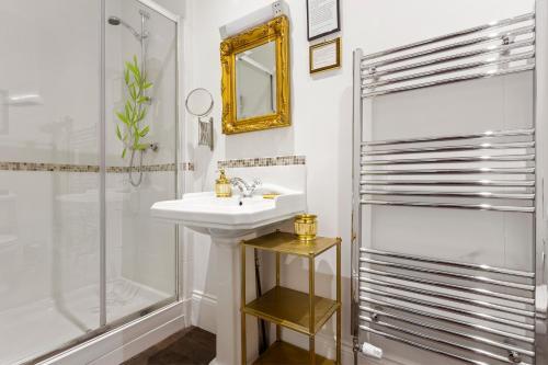 A bathroom at Mama's Inn Boutique Guest House