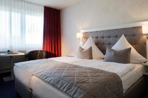 Кровать или кровати в номере HafenHotel PommernYacht
