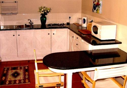 A kitchen or kitchenette at Rose Garden Manor House