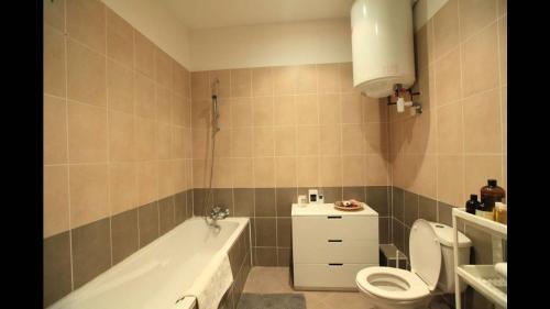 A bathroom at L'appart du vieux port