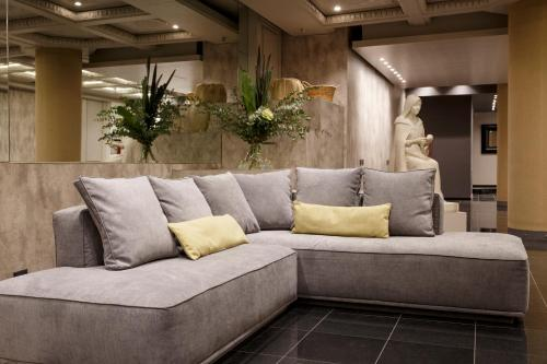 A seating area at Le B Club Boutique & Terrasse