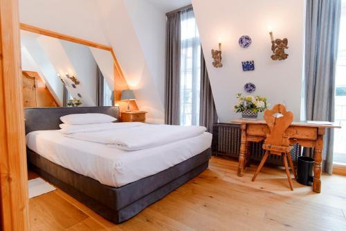 سرير أو أسرّة في غرفة في فندق أوبرا