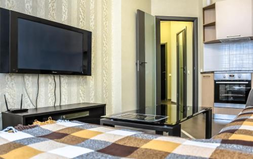 Телевизор и/или развлекательный центр в GUESTHOUSE Апартаменты Премиум