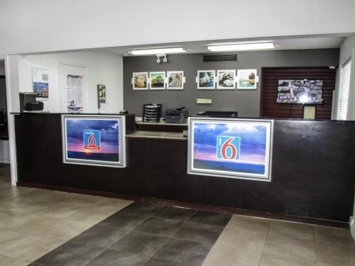 The lobby or reception area at Motel 6-Alexandria, LA - South