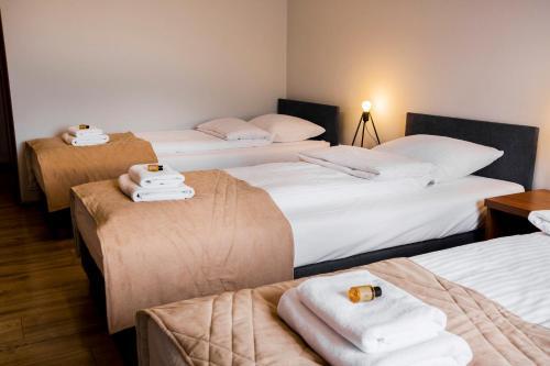 Łóżko lub łóżka w pokoju w obiekcie Gościniec Ceglane Kąty