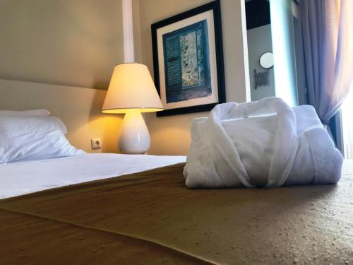 A bed or beds in a room at Hotel de Moura