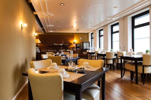 A restaurant or other place to eat at City Hotel Tilburg