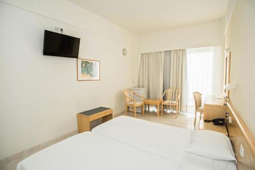 Televízia a/alebo spoločenská miestnosť v ubytovaní Hotel Riviera