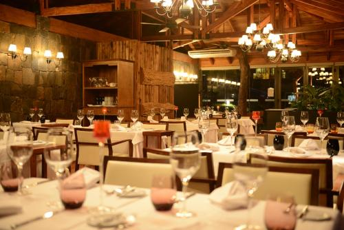 A restaurant or other place to eat at Iguazu Jungle Lodge