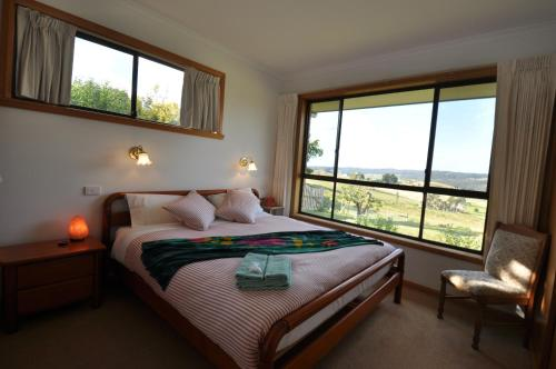 A bed or beds in a room at Plovers Ridge Country Retreat