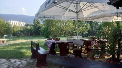 A restaurant or other place to eat at Sveti Georgi Guest House