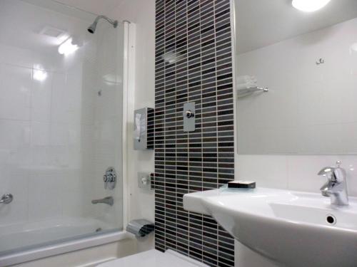 Een badkamer bij The Preluna Hotel